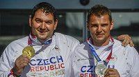 Sportovní střelci Jiří Lipták (vlevo) a David Kostelecký po příletu na Letiště Václava Havla v Praze.