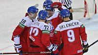 Čeští hokejisté se radují z gólu, který dal Dominik Kubalík (vlevo).