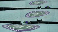 Roztažené plachty na kurtech značí jediné: ve Wimbledonu vládne déšť.