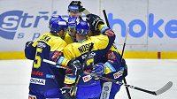 Hokejisté Zlína se radují z gólu na ledě Pardubic.