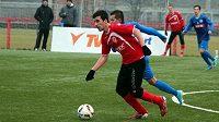 Fotbalistům Pardubic (v červeném) ulehčilo zápas, že Liberec proti nim nasadil juniorku.