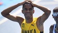 Jamajský běžec Kemoy Campbell během únorového závodu na 3000 metrů Millrose Games v New Yorku bez zjevné příčin zkolaboval