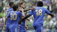 Fotbalista Chelsea Romelu Lukaku (18) přímá gratulace ke gólu do sítě Seattle Sounders od spoluhráčů Nathaniela Chalobaha, Yossi Benayouna (30) a Branislava Ivanoviče