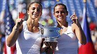 Italské tenistky Sara Erraniová (vlevo) a Roberta Vinciová se radují z triumfu ve čtyřhře na US Open.