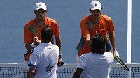Bratři Bryanovi si podávají ruce s Radkem Štěpánkem a Leandrem Paesem po triumfu ve čtyřhře na grandslamovém US Open.