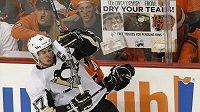 Tučňák Sidney Crosby a Letec Claude Giroux v šestém utkání play-off.
