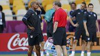 Trenér Roy Hodgson v rozhovoru s Ashleym Yongem během přípravy anglické reprezentace na ME