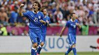 Andrea Pirlo z Itálie oslavuje gól proti Chorvatsku