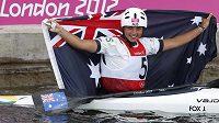 Vodní slalomářka Jessica Foxová třímá australskou vlajku po stříbrné jízdě na kanéle v Lee Valley.