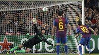Lionel Messi z Barcelony trefuje z pokutového kopu břevno Čechovy branky