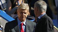Manažer Chelsea José Mourinho (vpravo) a Arséne Wenger z Arsenalu si před vzájemným soubojem sotva podali ruku.