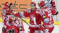 Třinecký útočník Vladimír Dravecký (druhý zprava) oslavuje se spoluhráči gól při zápase hokejové extraligy.