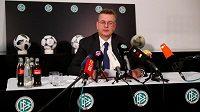 Prezident německé fotbalové asociace (DFB) Reinhard Grindel rezignoval kvůli kauze s nepřiznanými příjmy.