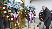 Ve Velké obřadní síni v pražských Strašnicích se konalo poslední rozloučení s fotbalovým trenérem Josefem Pešicem, který zemřel 18. prosince ve věku 67 let. Na snímku pokládá květinu trenér Vítězslav Lavička.