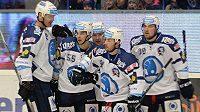 Hokejisté Plzně se radují z gólu proti Litvínovu. Jeho autorem byl Mário Bližňák.