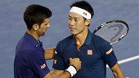 Srbský tenista Novak Djokovič (vlevo) si podává ruku s Japoncem Keiem Nišikorim po čtvrtfinálovém duelu Australian Open.