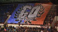 Olomoučtí fanoušci rozvinuli transparent připomínající 60. výročí založení místního hokejového klubu. Domácí hráli v historických dresech.