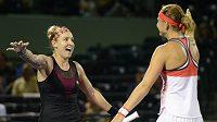 Američanka Bethany Matteková-Sandsová (vlevo) s Češkou Lucií Šafářovou se radují z postupu do finále na tenisovém turnaji v Miami.