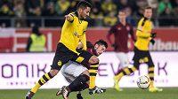 Záložník Sparty Lukáš Vácha a Ilkay Gündogan z Dortmundu v souboji během přípravného utkání.