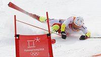 Český lyžař Ondřej Berndt v akci při závodě družstev v paralelním obřím slalomu na ZOH v Koreji.