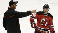 Jaromír Jágr naslouchá pokynům Petera DeBoera, kouče hokejistů New Jersey.
