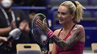 Česká tenistka Tereza Martincová se raduje z vítězství v derby proti Kateřině Siniakové na ostravském turnaji.