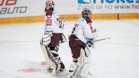 Střídání v brance Sparty. Filip Novotný (vlevo) po dvou gólech od Hradce odjíždí z ledu, do klece míří Tomáš Pöpperle.