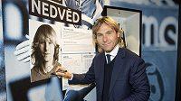 Pavel Nedvěd podepisuje svoji fotografii v Síni slávy českého fotbalu.