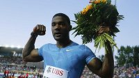 Americký sprinter Justin Gatlin se raduje z vítězství na stovce v Lausanne.
