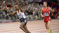 Mo Farah se raduje z vítězství na LOH 2012 v Londýně v běhu na 10 000 metrů.