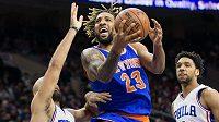 Derrick Williams (23) z New Yorku Knicks naletěl podvodnicím.