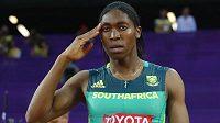 Caster Semenyaová salutuje na MS v Londýně po zisku zlata na osmistovce.