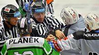 Rozhodčí rozhánějí potyčku na konci první třetiny utkání hokejového Poháru Generali České pojišťovny mezi Karlovými Vary a Mladou Boleslaví.