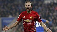 Juan Mata oslavuje svůj gól, který vstřelil v ligovém utkání Leicesteru.