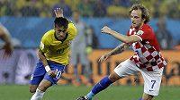 Chorvatský záložník Ivan Rakitič (vpravo) se snaží zastavit Brazilce Neymara.