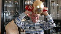 Oldřich Klaudinger si znovu ochotně vyzkoušel cennou trofej.