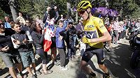 Chris Froome běží do cíle 12. etapy na Tour de France po svých.