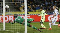 David Silva z Manchesteru City (uprostřed) skóruje proti Dynamu Kyjev.