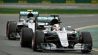 Lewis Hamilton krouží po okruhu v Melbourne před svým stájovým kolegou z Mercedesu Nikem Rosbergem během kvalifikace na GP Austrálie.