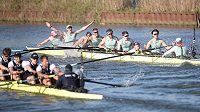 Tradiční závod univerzitních osmiveslic vyhrála potřetí za sebou posádka Cambridge.