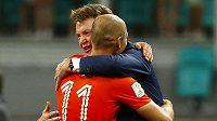 Vřelé obětí nizozemského kouče Louise van Gaala s hvězdným Arjenem Robbenem po vítězném penaltovém rozstřelu ve čtvrtfinále MS proti Kostarice.