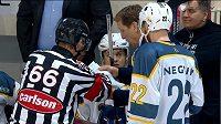 Trenér Miškovce Glen Hanlon ukazuje rozhodćímu vytištěná hokejová pravidla.