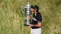 Australský golfista Jason Day se raduje z Wanamaker Trophy po triumfu na PGA Championship ve Whistling Straits.