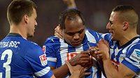 Brazilský záložník Ronny (uprostřed) oslavuje gól se spoluhráči z Herthy Berlín.
