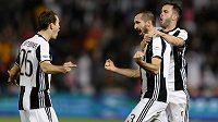 Fotbalisté Juventusu slaví gól proti AC Milán. Uprostřed je autor branky Giorgio Chiellini.