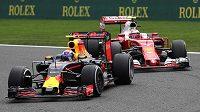 Vpředu Max Verstappen z Nizozemska, za ním Fin Kimi Räikkönen. Oba společně bojují během Velké ceny Belgie.