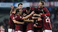 Hráči Sparty Praha oslavují druhý gól v derby se Slavií.