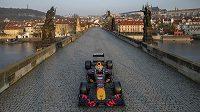 Formule 1 stáje Red Bull na pražském Karlově mostě.