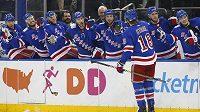 Hokejisté New York Rangers se radují z branky