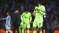 Zklamaný fotbalista Schalke Benjamin Stambouli po debaklu od Manchesteru City.